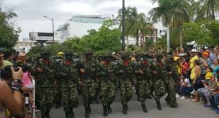 Hombres de la Primera División del Ejército lideraron el gran desfile del 20 de julio en Santa Marta.