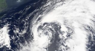Harvey se localiza en el oriente del Mar Caribe en 13,1N 59,1W y se desplaza en dirección oeste con una velocidad de 16 nudos (30km/h) y con vientos máximos sostenidos de 35 nudos (65 km/h).