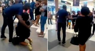 Mujer de rodillas es rechazada por su novio
