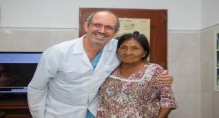 Escobar junto a Doña Leonida, una de sus pacientes.