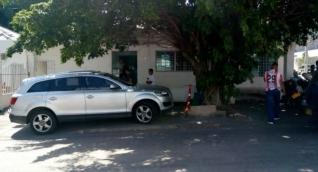 En este vehículo se bajaba el gerente con sus escoltas cuando fue interceptado por los ladrones.