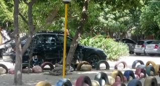 El lugar donde deben jugar los niños permanece lleno de carros.
