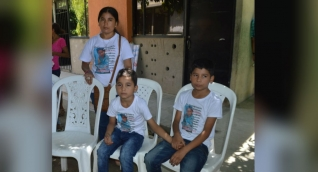 Yuliana Sanguino y los dos hermanitos de 'Albertico'.