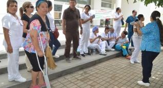 Los empleados hicieron un plantón, y algunos pacientes llegaron a atenderse.