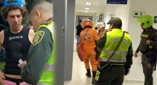 Momentos en que el joven es ingresado en la clínica. A la izquierda el abogado Miguel Martínez.