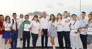 Jovenes beneficiados con la Gobernadora