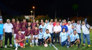 La cancha del Parque de Curinca se inauguró con un partido de fútbol.