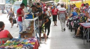 Algunos vendedores informales que invaden los andenes de la carrera quinta serán reubicados temporalmente.