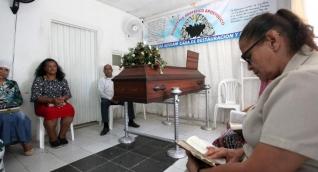 El cuerpo de un joven venezolano identificado en vida como, César Alexis Blanco  es velado por miembros de la fundación  Cueva de Adulam.