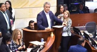 El candidato presidencial Iván Duque despidiéndose del Senado.