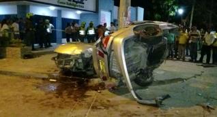 El carro donde iban los cinco jóvenes se partió en dos debido al fuerte choque.