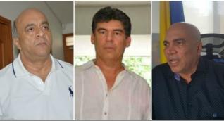 Hernando Escobar (izq) señaló públicamente a Álvaro Cotes (centro) y al director seccional de Fiscalías del Magdalena (der).