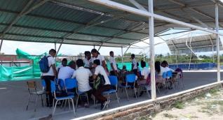 Estudiantes de Tucurinca tienen que recibir clases en la cancha múltiple, luego que sus aulas perdieran el techo debido al vendaval del fin de semana.