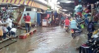 El río ya se metió en el sector comercial.