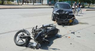 El accidente dejó lesionado al conductor de la motocicleta.