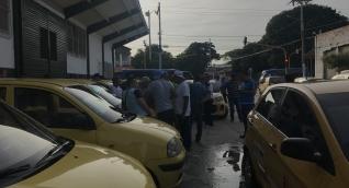 Taxis congregándose en la Federación de Cafeteros para llevar votantes de Iván Duque.
