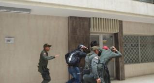 Fuertemente escoltado llegó Gilberto Luna a las instalaciones del edificio Galaxia de Santa Marta.
