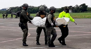 Policía colombiana traslada los cuerpos del equipo periodístico ecuatoriano.