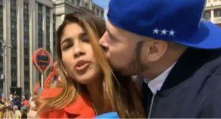 El hincha ruso que besó y tocó un pecho a la periodista colombiana, Julieth González Theran, mientras estaba informando en directo en el Mundial de fútbol, pidió disculpas.