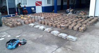 Las autoridades panameñas muestran la droga incautada.