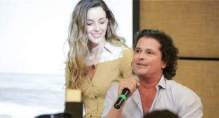 El artista samario Carlos Vives en compañía de su esposa.