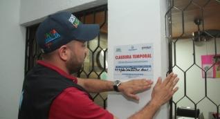 El secretario de salud, Julio Salas, lideró el operativo de cierre.