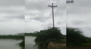 Son pocos los metros que faltan para que la erosión tumbe las redes de media tensión.