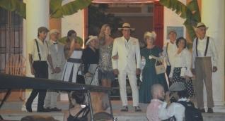 Carlos Vives y Claudia Elena Vásquez a su llegada a la fiesta estilo años 50 que se celebra en el Liceo Celedón.