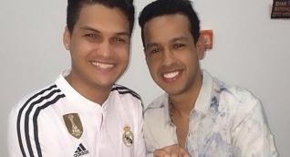El cantante Elder Dayan Díaz junto a su fallecido hermano Martín Elías.