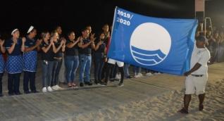 Momento en que la Bandera Azul es presentada para ser izada en la playa del Zuana.