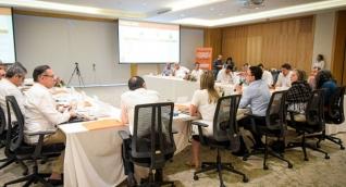 Mesa de diálogo de Caicedo con congresistas e invitados especiales.