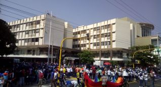 Cientos de personas se agolparon en las afueras del edificio Galaxia para manifestarles su respaldo al alcalde.