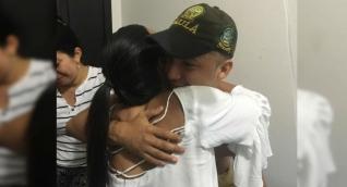 Momento en que el joven se reencontró con su familia.