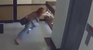 Mamá salvó a pequeño de caída