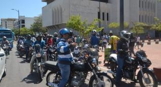 Un grupo de motociclistas protestó hoy en el centro de Santa Marta.