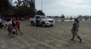 Vehículo estacionado en la playa de El Rodadero.