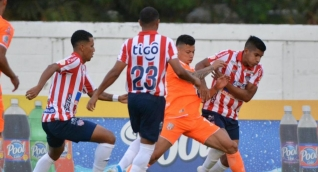 Junioristas cerrando la ofensiva de Envigado FC.