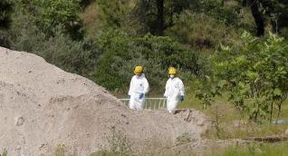 Peritos forenses en el lugar donde fue hallada la fosa.