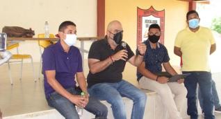 Checho Serrano hablando con la comunidad de campesinos de El Retén.