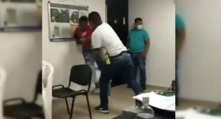 Momento en que el investigador de la Sijín lanza contra la pared al detenido.