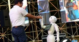 Pablo Vera Salazar, rector de la Universidad del Magdalena, propició un ameno diálogo entre 'Lied'; uno de los 4 únicos robots humanoides en Colombia y los jóvenes, quienes, además de verlo bailar al ritmo de 'stayin' alive', recibieron de parte del innovador androide un mensaje de bienvenida.