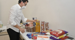 El gobernador entregó detalles de lo que llevará la bolsa de alimentos.
