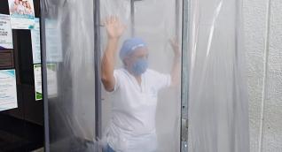 La cabina de desinfección con 2.3 metros de alto y 1 metro de ancho y profundidad, es automática, detecta el ingreso de la persona e inicia su proceso a través de la aspersión por micro nebulizadores y los rayos (UV).