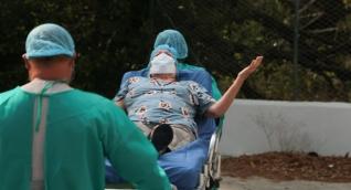Momento en que la paciente es devuelta a su casa, tras permanecer en UCI desde el 24 de marzo.