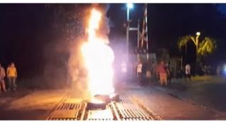 Los protestantes quemaron llantas, interrumpiendo el normal desarrollo de la operación ferroviaria que transporta carbón.