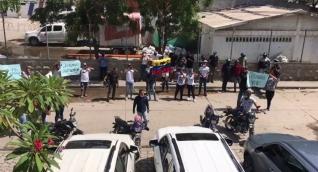 Amigos y familiares realizaron una protesta en la mañana de este viernes.
