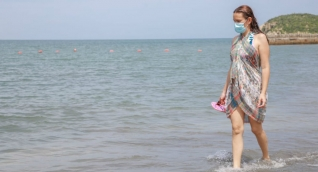 Bañista en una de las playas del Distrito.