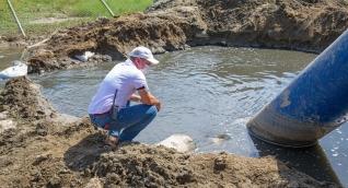 Piscinas de aguas negras dentro de la Ebar Zuca, por causa de un daño en la tubería.
