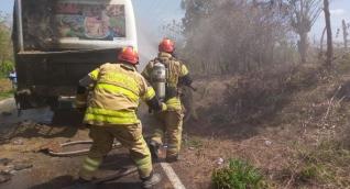 Incendio de bus en la Vía Manatí - Sabanalarga.