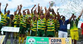 Talentos Los Almendros celebrando el título.
